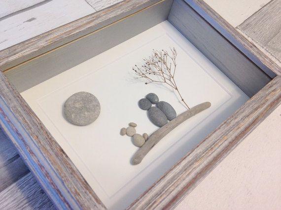Ce Couple unique avec pièce d'Art de galets de chien a été fait de rencontres, que notre famille a fait le long des rives du lac Huron, Ontario, Canada.  Le plein format encadré est 6 x 8 et peut accrocher sur un mur ou se tenir sur ses propres.  Ce morceau est vraiment un des types