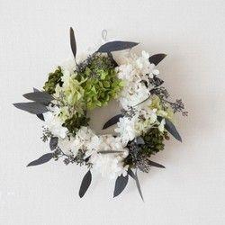 3色の濃淡グリーンと白のあじさいにユーカリを合わせたリース冬らしいすっきりとしたデザインにユーカリで動きを出し小花をしのばせています。BOX入りなのでギフトにも、ご自宅にも。クリスマスハンドメイド2016【花 材】   あじさい(プリザーブド) ユーカリ(プリザーブド) イモーテル(ドライ) モス(プリザーブド)  【サイズ】 直径約22cm 【ご購入前に必ずご確認ください】 ■プリザーブドフラワー、自然素材を使用していますので、モスや花びら、葉、  実などが多少落ちる場合がございますのでご理解くださいますようお願い致します。 ■リースBOXに入れてのお届けとなります。  ■簡単な吊り下げ用のワイヤーフックをお付けします。【ギフトラッピング】     簡単ではありますが無料でラッピング致しております。 【メッセージカード】    ご希望の場合はメッセージカードをお付けします。    ご希望のメッセージをご購入時に備考欄にご記入ください。 ■Congratulations  ■Thank you  ■Happy Birthday  ■Thank you,mum  ■Merry…