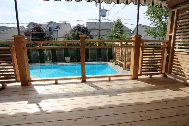 Le verre trempé permet de mieux voir ce qui se passe dans la piscine lorsqu'on est sur le patio.