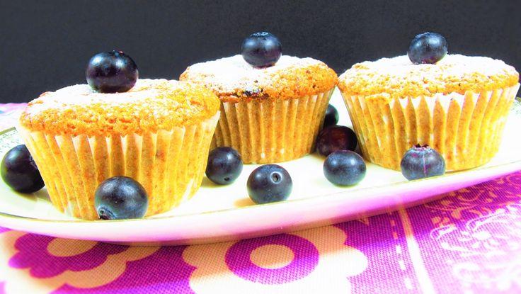 Questi deliziosi muffin allo yogurt e mirtilli senza uova, burro e latte sono la dimostrazione che preparare dolci sani e leggeri non vuol dire rinunciare al gusto!  Vi consiglio di gustare uno di questi golosi dolcetti con una bella tazza di thè verde oppure con una tisana alla menta dolce
