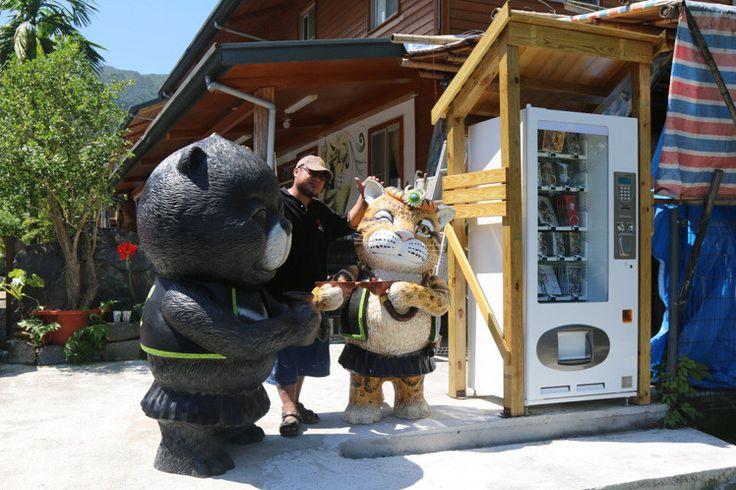 雙豬工作室外面擺放的雲豹、黑熊公仔及一台販賣繪本的自動販賣機,在夜裡十分吸睛。 ...