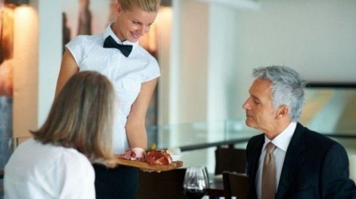 Ce trucuri aplică restaurantele pentru a face ce vor cu consumatorii. De ce se strânge repede vesela murdară -