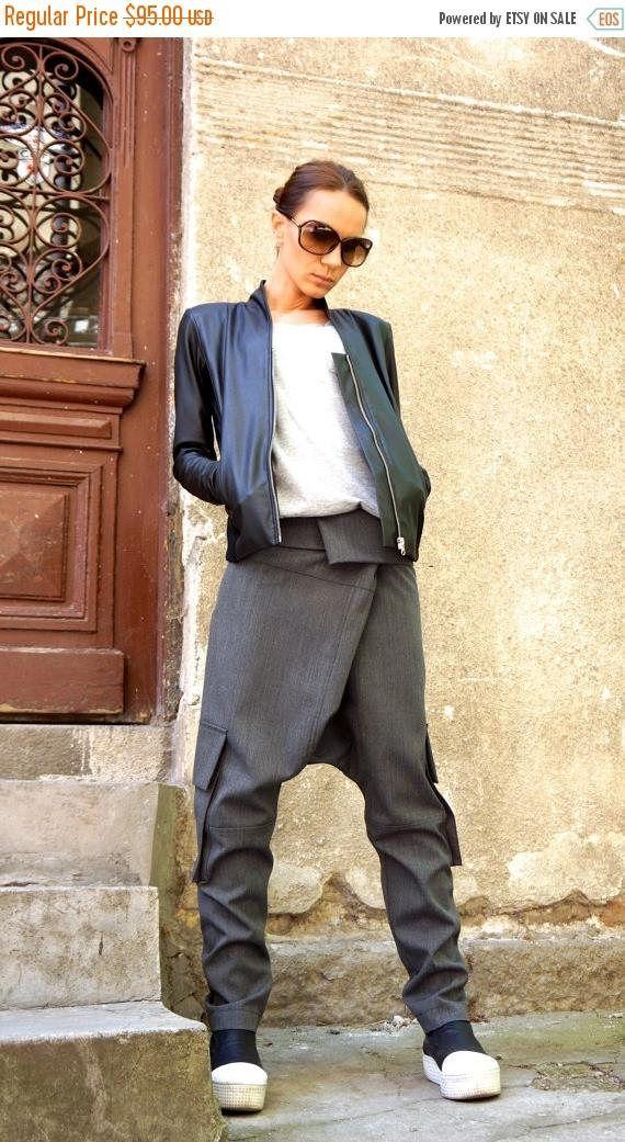 Dieses fabelhafte hellgrau Tropfen Schritt Hose werden Ihre Muss Kleidungsstück für die neue Saison... So Zeit bequem und einfach zu tragen zur gleichen einen Hauch von Eleganz und Stil... Große Seitentaschen und lockeren Stil geben Ihnen schicke und edgy Look. Tragen Sie es mit Turnschuhen, Trainer, Keile, Lieblings-t-Shirt oder Top, oder Hoodie oder Pullover oder Jacke... ...oder was haben Sie im Geist werden immer genau das richtige... Größe (XS, S, M, L, XL, XXL) Stoff Schurwolle 97 %…