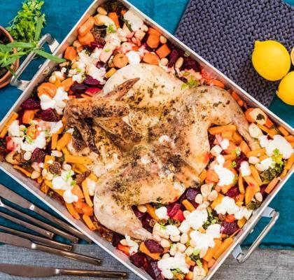 Hel kyckling i ugn med rotsaker och fikon