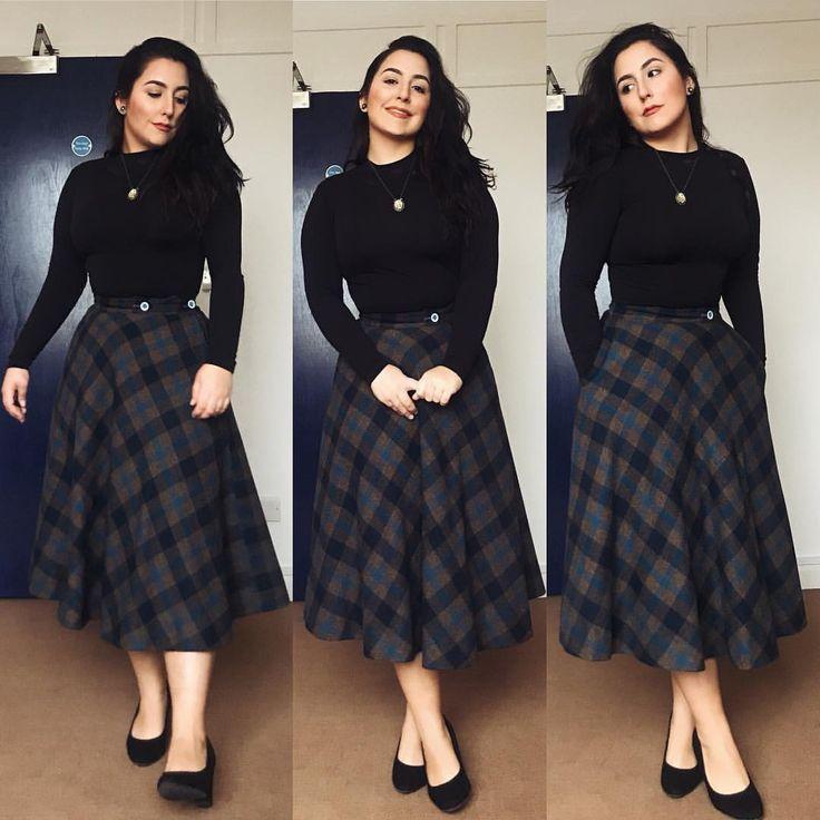 #LookDoDia: Camisa preta básica térmica, saia longuete de lã, meia calça nude fio 30 e salto. Mais um look para esses dias gelados aqui em Manchester. Pra quem acha que longuete nao fica bem em baixinhas, eu mostro que com 1,57 estamos muito bem obrigada . OBS: Saudades sol, daqui a pouco vou começar a brilhar de tão branca  . . . #modesty #modestia #modestymatters #modestiasemfrescura #fashion #fashionblogger #christianblogger #lookoftheday #ootd #outfitoftheday #tbt #catholic #catholi...