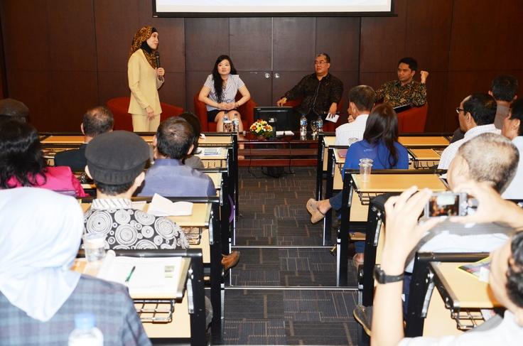 Diskusi Panel 1 - dari kiri ke kanan - Ibu Mike Rini, Ibu Anita Feng, Prof. Agus W. Soehadi (moderator), Dr. Rudy Handoko