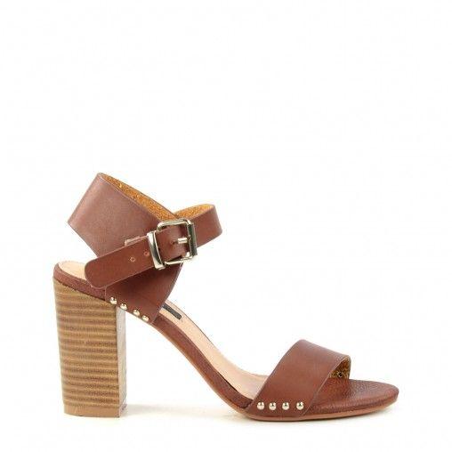 Verwen je voeten met deze prachtige bruine sandalen met comfortabele blokhakken. De sandalen hebben gouden studs aan de zijkant en subtiele bruine bandjes. De hakhoogte is 10 cm.