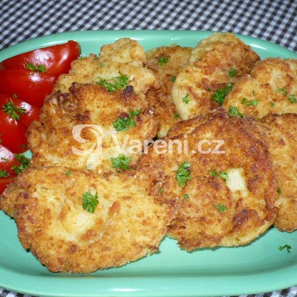 Recept na placičky z květáku a sýru. Chutnají teplé i studené.
