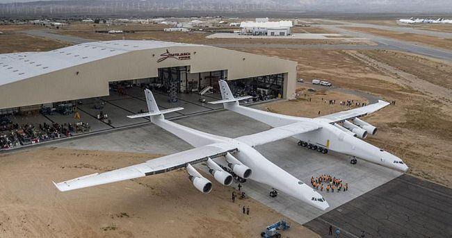 Το μεγαλύτερο αεροπλάνο του κόσμου έχει ύψος 15 μέτρων και αποκαλύφθηκε χθες στην Καλιφόρνια