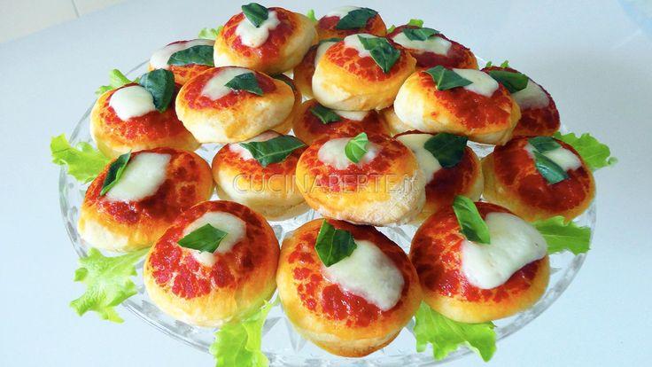 Le pizzette al Latte sono piccole tentazioni a cui nessuno sa rinunciare. Soffici e golose sono davvero semplici e veloci da preparare.