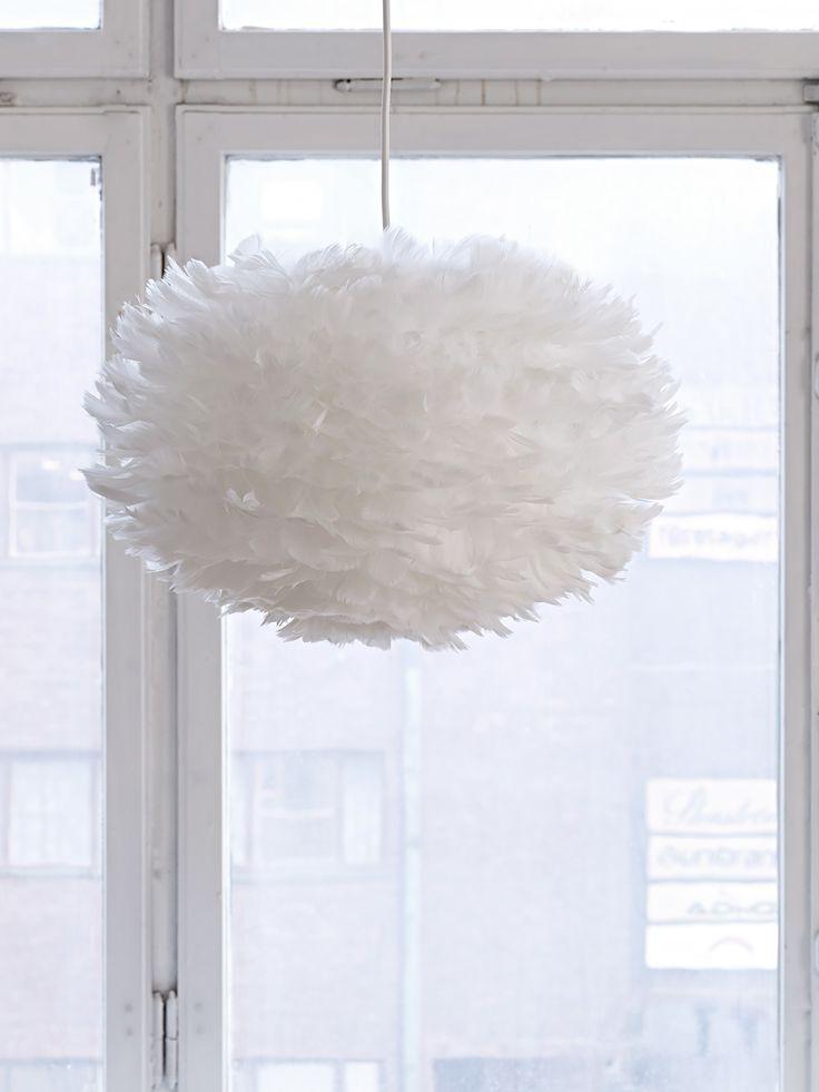 Köp Feather lamp M online. Fjäder lampan EOS är handgjord av papper och fjädrar. Lampan ger ett mjukt och behagligt ljus och passar lika bra som sovrumslampa som matsalslampa. För at