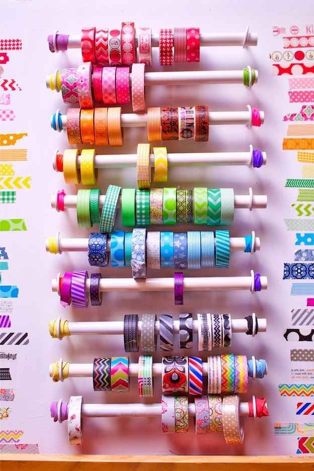 Otra posibilidad para almacenar tus rollos de cinta adhesiva decorada... | 45 trucos para organizar y transformar tu habitación de manualidades