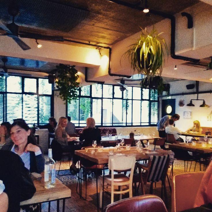 Restaurant Le Perchoir -14 Rue Crespin du Gast,11e. Gros coup de coeur pour cet endroit! Le bar/rooftop est très joliment décoré avec un beau mélange de bois de métal et de plantes vertes. Il nous offre une superbe vue sur Paris et son coucher de soleil. En descendant d'un étage nous voici au restaurant. Quel coup de coeur ! Endroit superbement décoré type loft cosy. Le service est agréable et les plats...un régal. Le chef est un ancien du Royal Monceau...c'est dire ! Réserver bien à…