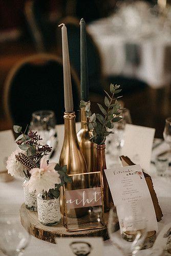 Tischdekoration für eure Hochzeit mit Tischnummern, Kerzen und Eukalyptus. Alle