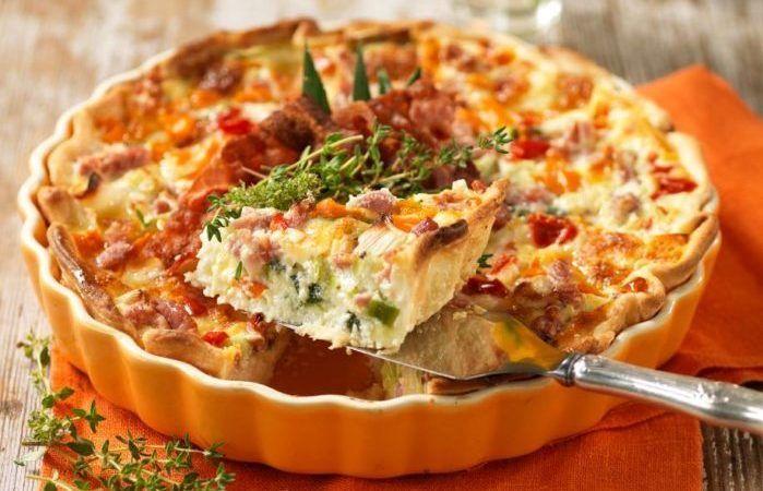Lättlagad och matig paj med bacon, mozzarellaost och purjolök. Vill du spara tid går det bra att använda färdig pajdeg.