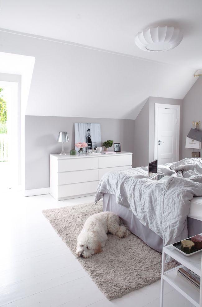 Schlichtes Schlafzimmer-Design in hellen Tönen. Wirkt elegant und aufgeräumt! ähnliche tolle Projekte und Ideen wie im Bild vorgestellt findest du auch in unserem Magazin