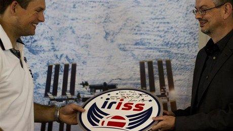Danmarks første astronaut Andreas Mogensen står sammen med grafisk designer Poul Rasmussen, der vandt konkurrencen om at tegne et logo til Andreas' mission kaldet iriss.
