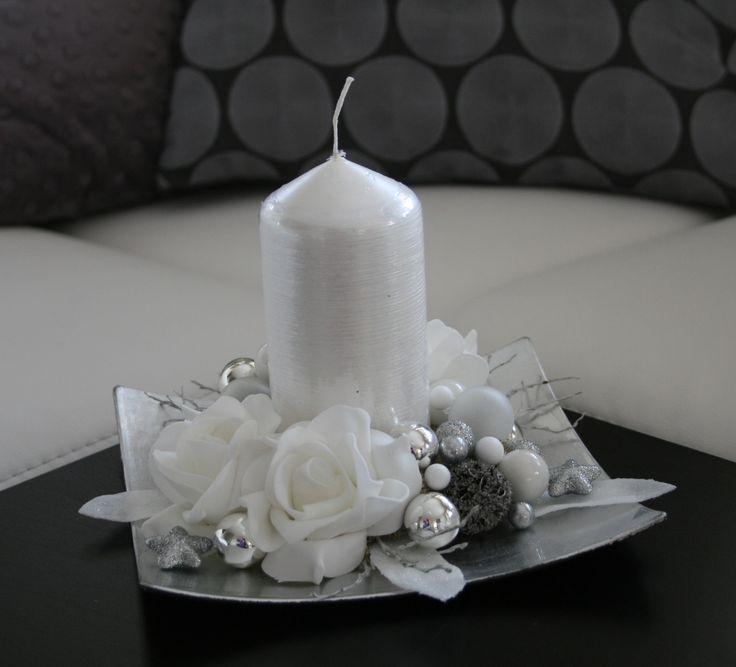 Vánoční svícínek - bílostříbrný Něžný vánoční svícen vbílých a stříbrnýchodstínech, na stříbrném tácku sbíloudrápanou svíčkou, zdobenýkvětyrůžiček,hvězdičkami, listy a skleněnýmikouličkami. Velikost svícnu - výška cca 13 cm, šířka cca19x19 cm.