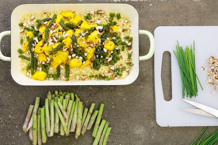 Il cous cous pollo e asparagi è una di quelle ricette che ci ha appassionato da subito. Perfetta per una serata con tanti amici.
