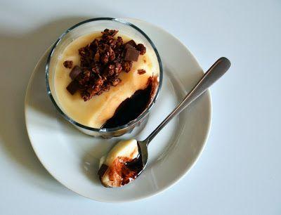 Ratunku... obiad!: Intensywny w smaku sos czekoladowy + śmietankowy budyń + czekoladowa granola = deser idealny :)