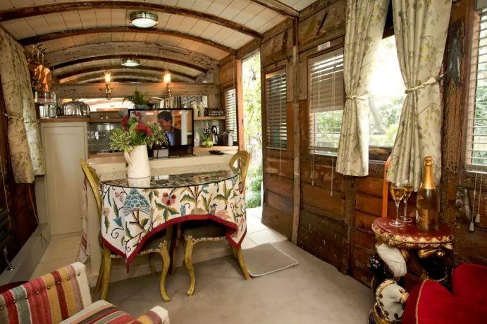 Уютная гостиная в бывшем вагоне.
