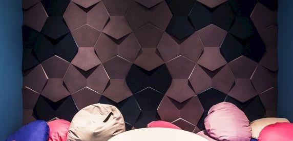 Zdjęcie z realizacji. Panele Nexus. Chillout room w biurze. Projekt Mokaa Architekci.