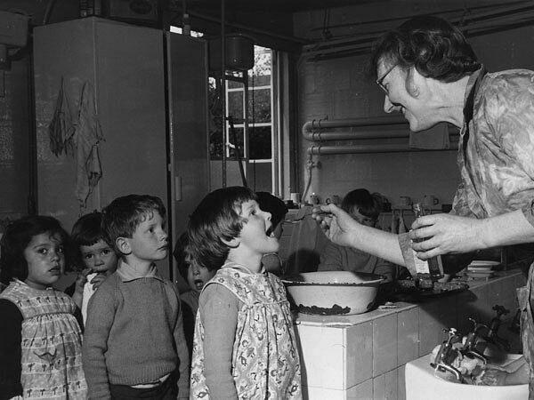 Рыбий жир. Кто помнит ? Старшее поколение советских людей хорошо его помнит. В СССР доктора прописывали рыбий жир практически всем детям, «для профилактики». В этом был определённый смысл: рыбий жир содержит витамины A и D.