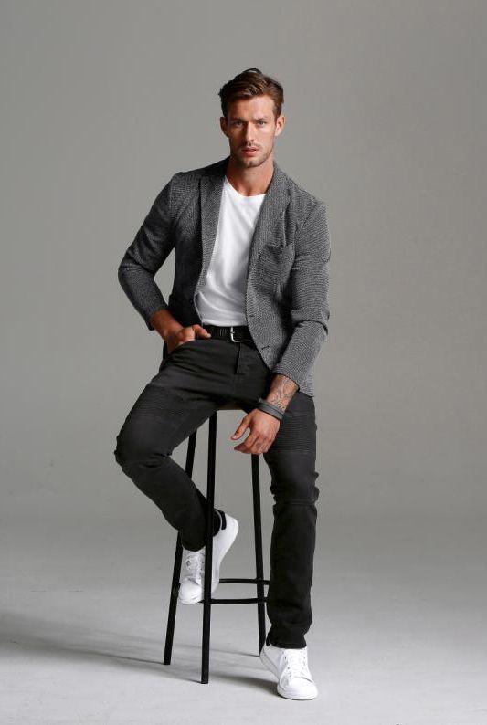 Der perfekte Business-Freizeit-Mix: Das Stricksacko von Bruno Banani ist Eyecatcher und Kombinationswunder zugleich. Ganz lässig kombinierst du es mit einem schlichten weißen Shirt, schwarzen Jeans und natürlich den Stan Smith. Für den harmonischen Auftritt im Meeting und im Club.