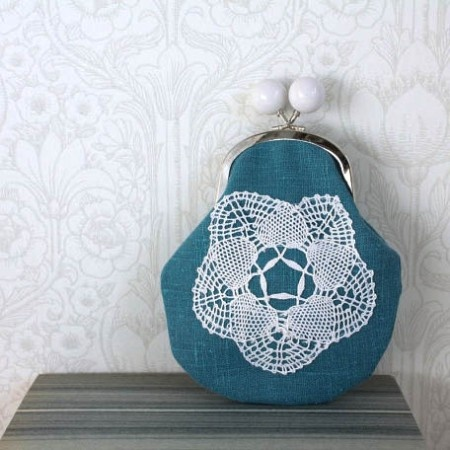 Vintage Upcycled Linen in the deepest, oceanic turqouise ever seen by these adoring eyes. Lovely Vintage handmade lace feature and sweet kiss-lock design complete this storyful purse to perfection.