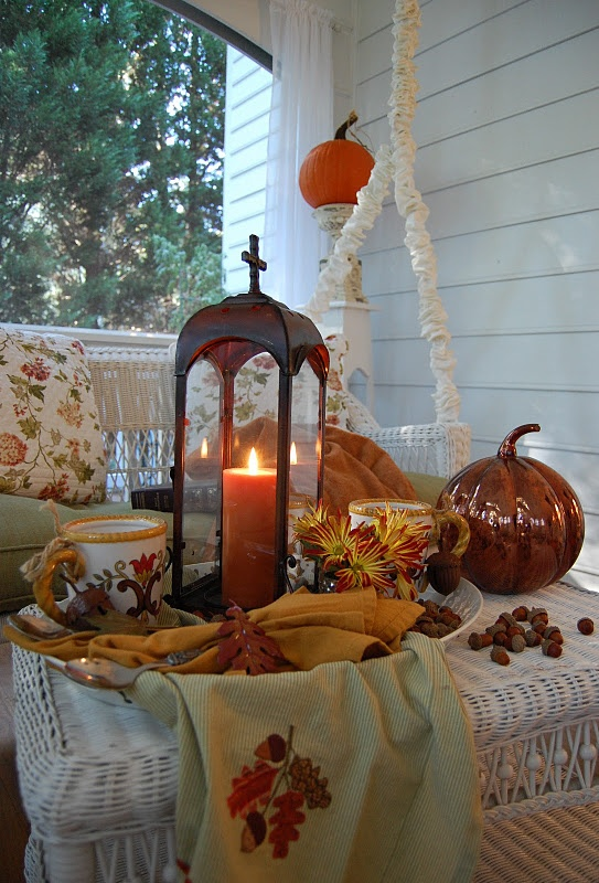 Would love to come home to this.Fall Beautiful, Tables Sets, Fall Decor, Hot Chocolate, Fall Halloween, Autumn Decor, Fall Porches, Autumn Tablescapes, Front Porches