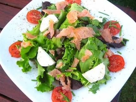 Resultado de imagem para salada com salmão defumado