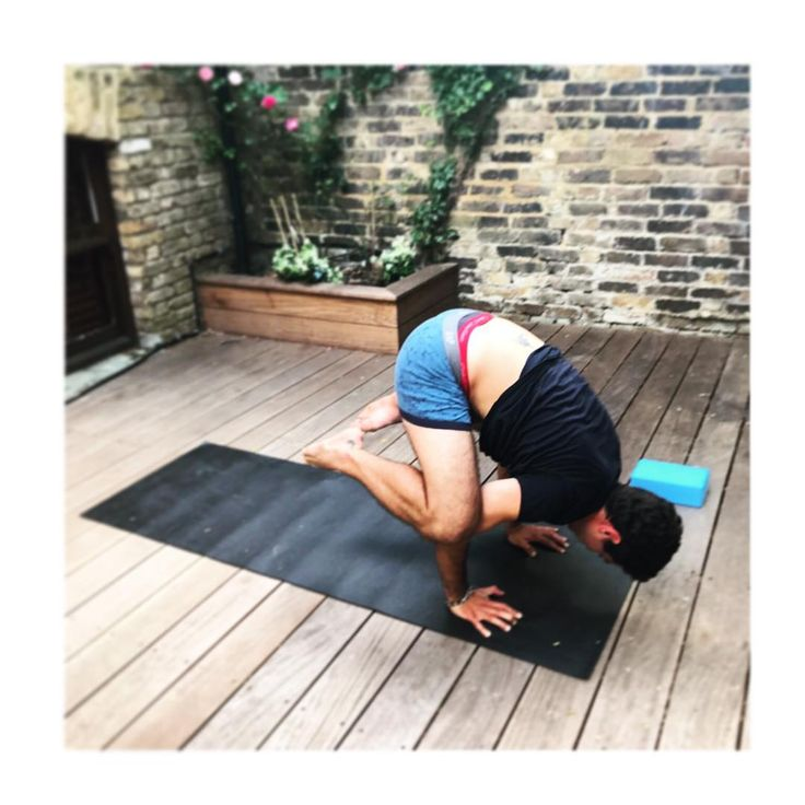 My student crushing Crow in his double boxers �� comfort comes first in yoga!  #yoga #yogaposes #yogaclass #yogadaily #yogateacher #yogaeverydamnday #london #londonyoga #garden #gardenyoga #heatwave #july #summer #friday #weekendvibes #crow #starstudent #student #boxers #comfortoverstyle http://butimag.com/ipost/1554561440945062096/?code=BWS6WTlDMDQ