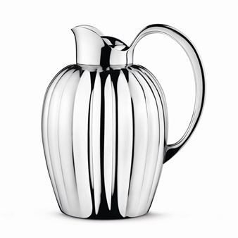 Bernadotte termoskanna från Georg Jensen är designad av Prins Sigvard Bernadotte. Designen är från början från 1938 då Bernadotte designade en mjölkkanna med liknande formspråk. I denna kanna möter modern form- och stil en klassisk design med praktiska funktioner. Termoskannan finns i flera olika storlekar och håller ditt kaffe eller te varmt i minst sex timmar.