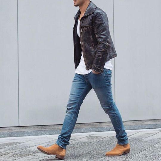 Un homme à la mode Veste en cuir Marron foncé, T-Shirt blanc, jean bleu clair…