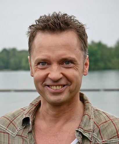 Wim Rijken 03-08-1958 Nederlands acteur, presentator, zanger en tekstschrijver. In 1988 bracht hij zijn eerste single uit: Wie weet wat liefde is, een duet met Conny Vandenbos en in 2006 verscheen een remake van het nummer, samen met Marga Bult. Beide versies werden een hit. https://youtu.be/5mVnb1gY31E