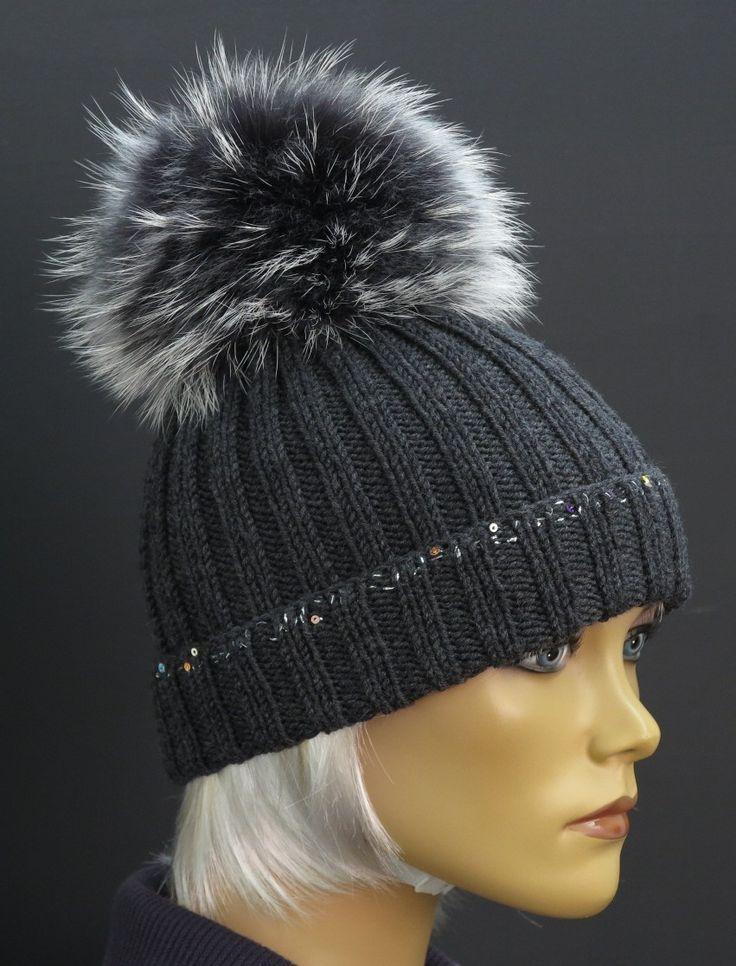 Ručně pletená šedá zimní čepice z merino vlny. Luxusní kolekce s velkou kožešinovou bambulí Špongr. #mývalovec #kožešinovábambule #špongr #kůžedeluxe #merino #vlna #ručněpletené #českývýrobek