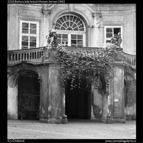 Balkon, kde hrával Mozart (2232) • Praha, červen 1963 • | černobílá fotografie, Pachtův palác, Náprstkova ulice, balkon, okna, vchod |•|black and white photograph, Prague|