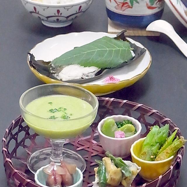 続き  ちょっと晩御飯作りに意欲を失いかけでしたが、やっぱり美味しい物を食べたい! 作り出すと楽しい!食べたら幸せ!  今日も美味しかった! - 24件のもぐもぐ - 今晩は、春爛漫篭 都ほら貝と分葱のぬた 蛍烏賊醤油漬け アスパラガスの胡麻和え 空豆甘煮 うすい豆腐、鯛の桜葉蒸し、羽二重蒸し 梅肉 あおさ、桜鯛と桜海老の釜炊きご飯   帰りに鯛と都ほら貝を買い、あとは冷蔵庫に何かしら有ったので、今日の京都でのお食事を再現。  ちょっと晩御飯作りに意欲を失いかけでしたが、やっぱり美味 by akazawa3