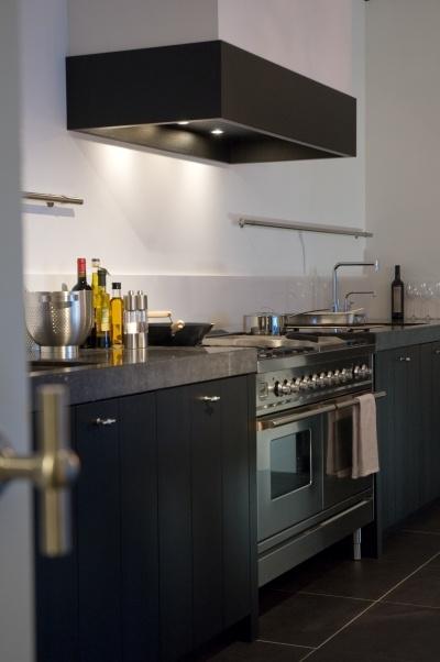 Kastjes, blad en rvs-fornuis in keuken