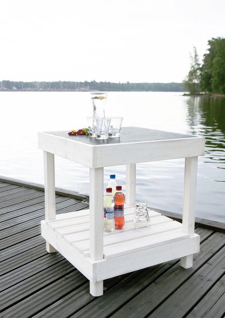 Kätevä pikkupöytä sopii terassille tai laiturille. Käytä pöytälevynä suurikokoista keraamista laattaa, joka antaa ilmettä ja on helppo puhdistaa.