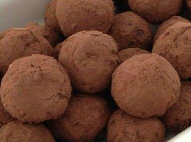 Ingredientes: (cerca de 20 trufas) 30 figos secos Meia chávena de amêndoas e nozes picadas 2 colheres de sopa de farinha de alfa...