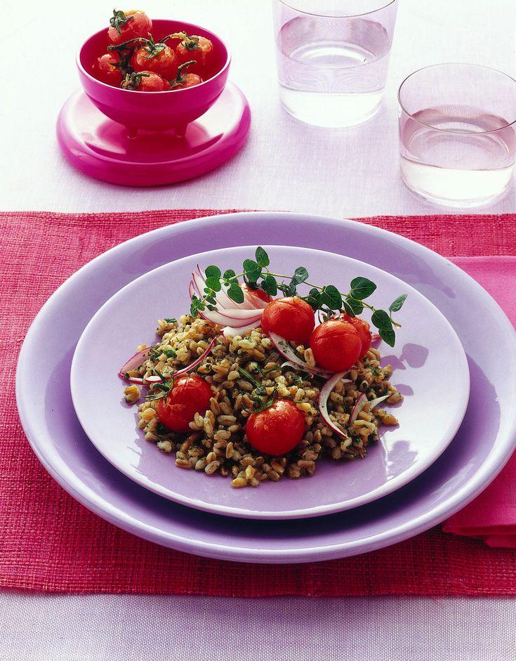 Un'insalata di farro profumata di aromi e resa speciale dalla guarnizione di pomodorini ciliegia caramellati.