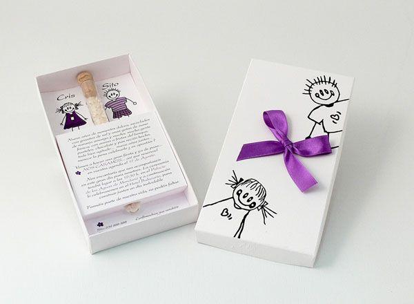 PELOPINCHOS DESENFADADOS  Invitación en caja blanca con toques morados y con tubo de arroz