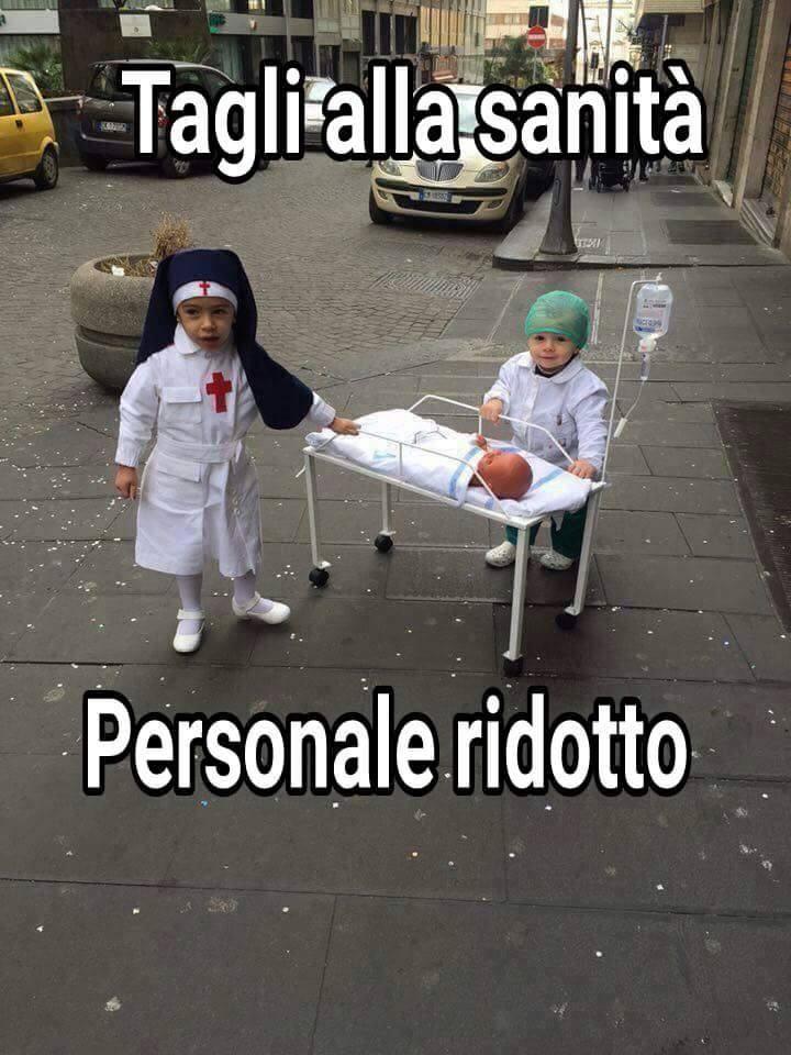 Bambini che giocano a fare i dottori   Immagini divertenti, Divertente,  Immagini divertenti bambino
