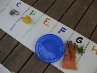 Alfabetjacht! Zoek voorwerpen die bij de beginletters horen. Ook leuk om buiten te doen.