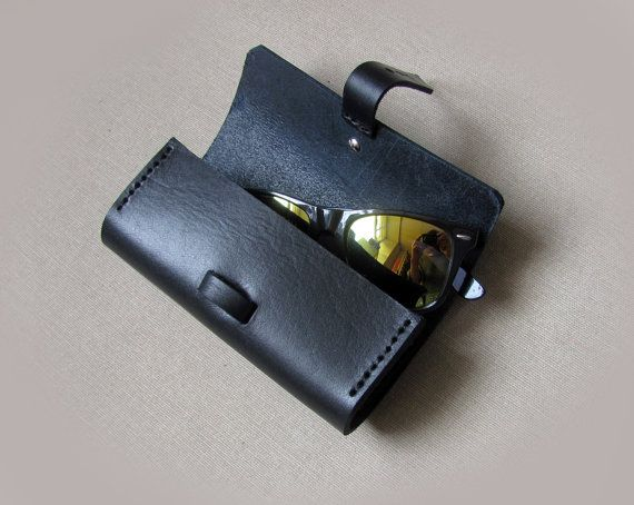 This beautiful 100% handmade leather sunglasses case is made of black heavy leather, so it is quite strong and will protect your sunglasses from pinching and scratching. Careful hand stitched with resistant thread.  We can personalize this case with two or three initials, in that case,please remember leave the note about initials:)  Main color: Black.  Material: Black heavy genuine leather Black thread Metal snap closure  Measurement: 16.5 x 7.5 x 4.5 cm ( ~ 6.5 x 3 x 1.7 inch)  Note: Need…