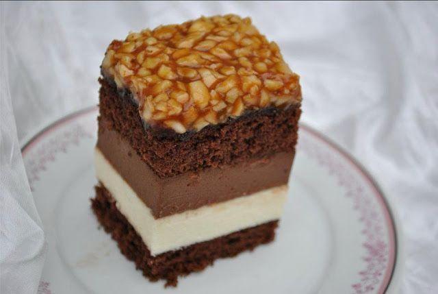 Prajitura cu mousse de ciocolata alba, mousse de ciocolata amaruie si caramel de migdale