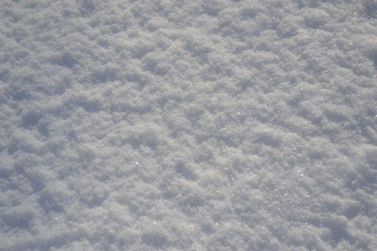 La neve è una poesia. Una poesia che cade dalle nuvole in fiocchi bianchi e leggeri. Questa poesia arriva dalle labbra del cielo, dalla mano di Dio. Ha un nome. Un nome di un candore smagliante. Neve. (Maxence Fermine)