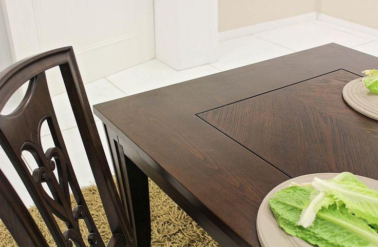 Σετ τραπεζαρίας κατασκευασμένο από φυσικό ξύλο καρυδιάςπου αποτελείται από:Τραπέζι διαστάσεων 1,70χ1,00 με ένα φύλλο προέκτασης 45cm.Μπουφές διαστάσεων 2,00χ0,50χ0,95που συνοδεύεται από έναν καθρέπτη διαστάσεων 1,10χ1,10Στο κέντρο της επιφάνειας του τραπεζιού, καθώς στα ντουλάπια του μπουφέ υπάρχει φυσικό ξύλο δρυ τοποθετημένο έτσι ώστε να σχηματίζει σχέδιο ψαροκόκκαλο.