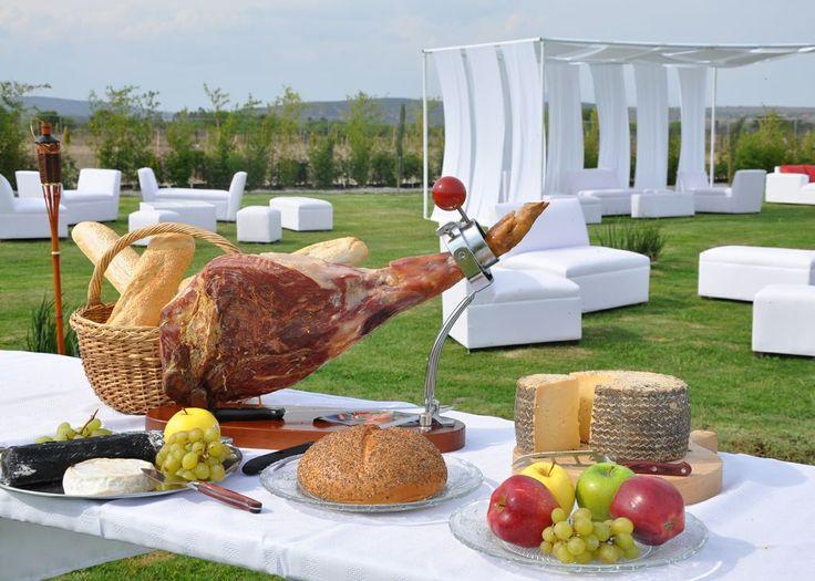 Una rica pierna de jamón serrano acompañada de una selección de quesos de la región,  ideal para el cóctel de bienvenida en el área lounge. En @almadeagua. #bodasqueretaro, #novios, #jardines #eventos